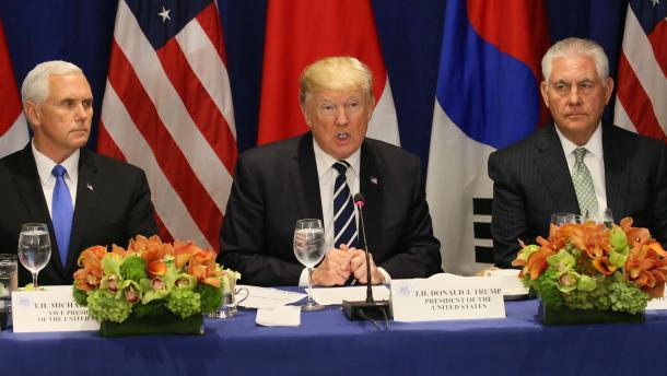 日米韓首脳会談に臨むトランプ米大統領(中央)、ティラーソン米国務長官(右)=9月21日、米ニューヨークのホテル