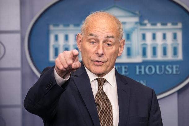 10月12日、ホワイトハウスの会見室で記者からの質問に答えるケリー米大統領首席補佐官=ワシントン、ランハム裕子撮影