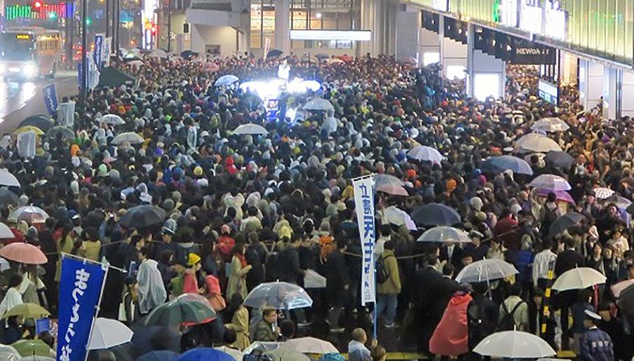 写真・図版 : 衆院選の街頭演説に集まった有権者たち=2017年10月、東京・新宿