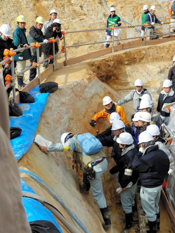 写真・図版 : 敦賀原発の地層を調べる原子力規制委の有識者メンバー=2012年12月、福井県敦賀市