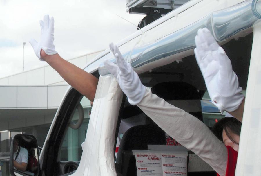 写真・図版 : 選挙カーから手を振る候補者と運動員=2017年10月