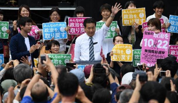 街頭演説会に臨む立憲民主党の枝野幸男代表(中央)=10月8日、JR新橋駅前