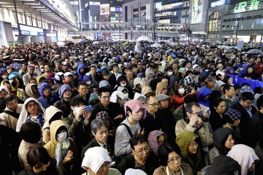 写真・図版 : 衆院選の投票日前夜、演説に耳を傾ける有権者=2017年10月21日、東京都内、関田航撮影