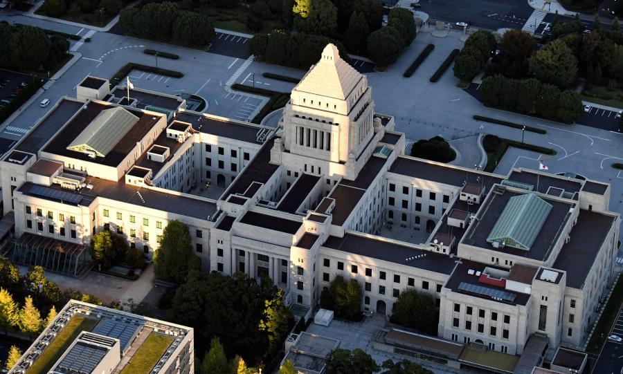 写真・図版 : 夕日を浴びる国会議事堂=2017年10月23日、本社ヘリから