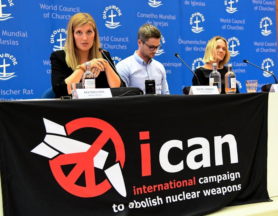 写真・図版 : ノーベル平和賞が決まり、記者会見に臨むICANのフィン事務局長=2017年10月、スイス・ジュネーブ
