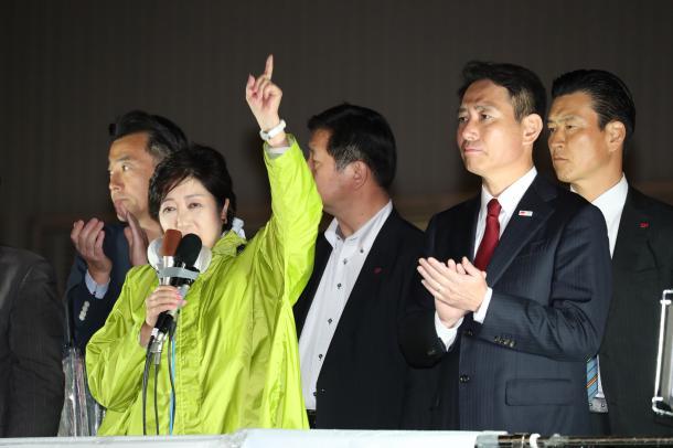 衆院選の候補者の応援演説をする希望の党の小池百合子代表(手前左)と拍手を送る民進党の前原誠司代表(手前右)=10月13日午後、東京都大田区