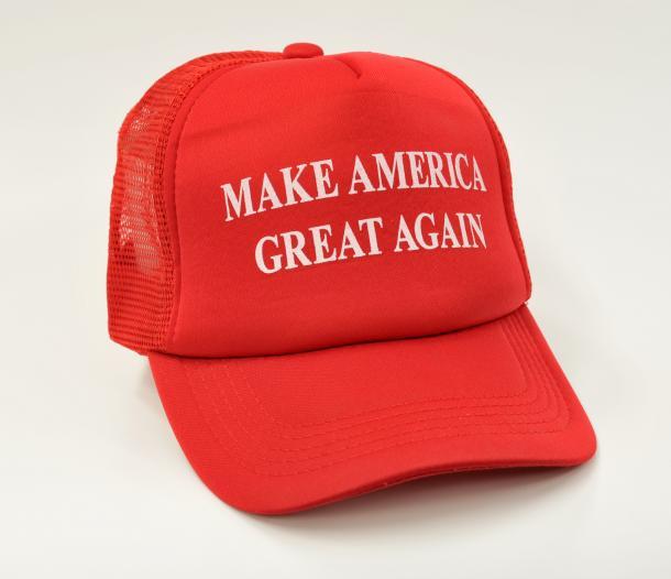 トランプ氏の選挙スローガンを記した帽子