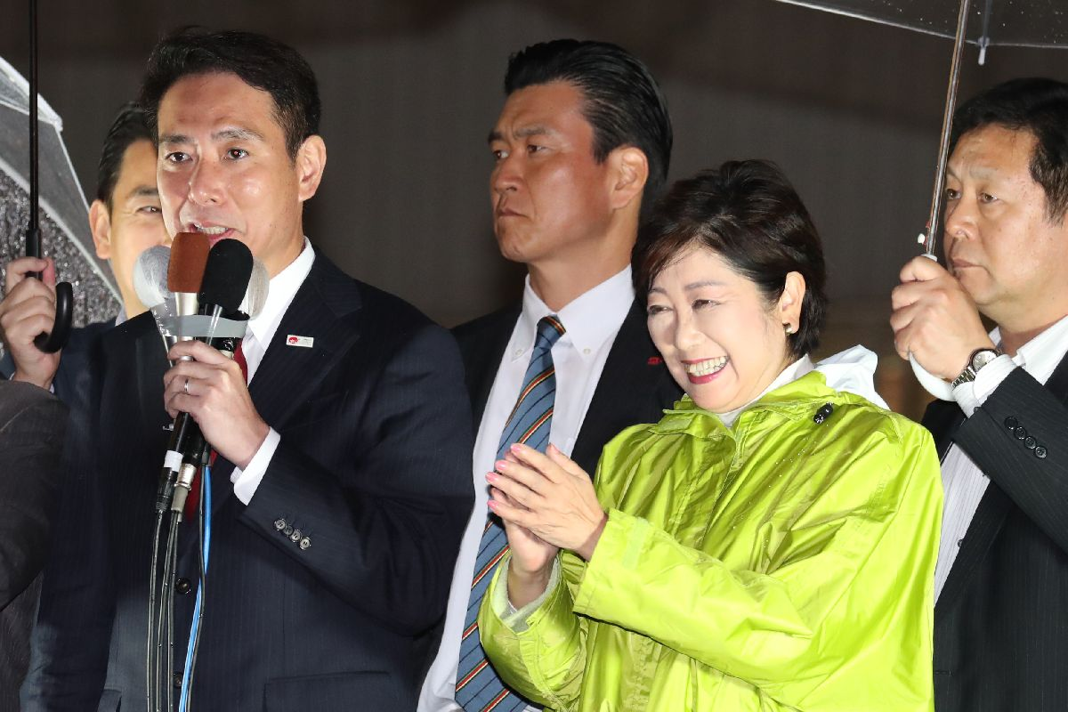 衆院選の候補者の応援演説をする民進党の前原誠司代表(手前左)と拍手を送る希望の党の小池百合子代表(右)=10月13日夜、東京都内