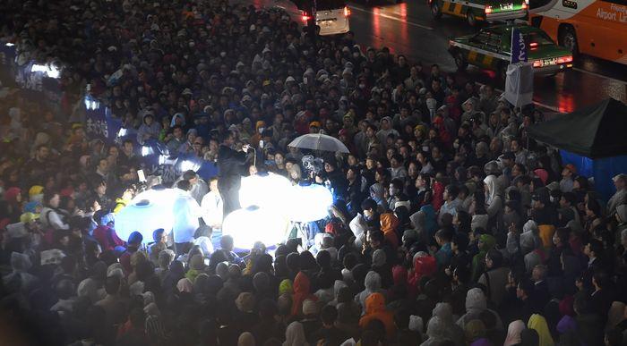 写真・図版 : 候補者や党幹部らの最後の訴えを聞く有権者たち=10月21日午後6時14分、東京都内