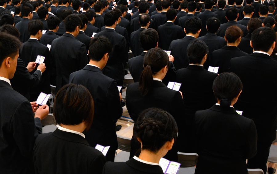 写真・図版 : 入社式で誓いの言葉を唱和をする新入社員