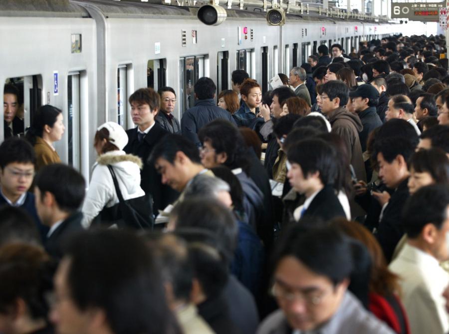 写真・図版 : 東京都内の朝の通勤ラッシュ風景