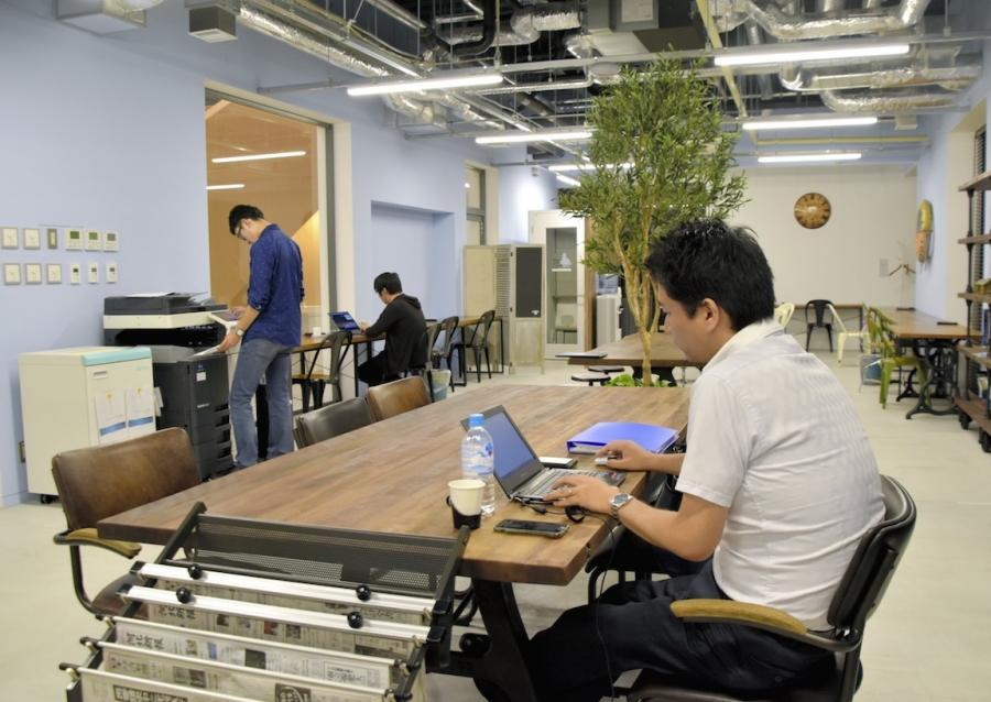 写真・図版 : 異業種の人たちが働くコワーキングスペース=仙台市