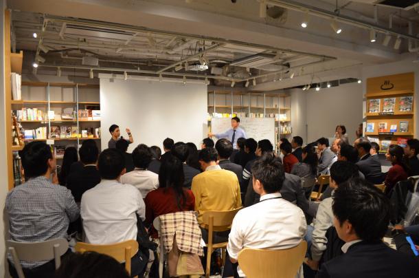 写真・図版 : 各地で行われているネットワーキング=2017年10月、渋谷で筆者撮影