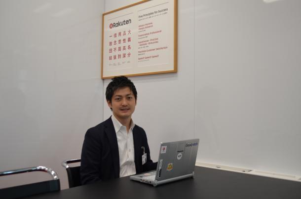 写真・図版 : 楽天で新サービス開発に取り組む松田康平さん=2017年10月、楽天本社で筆者撮影