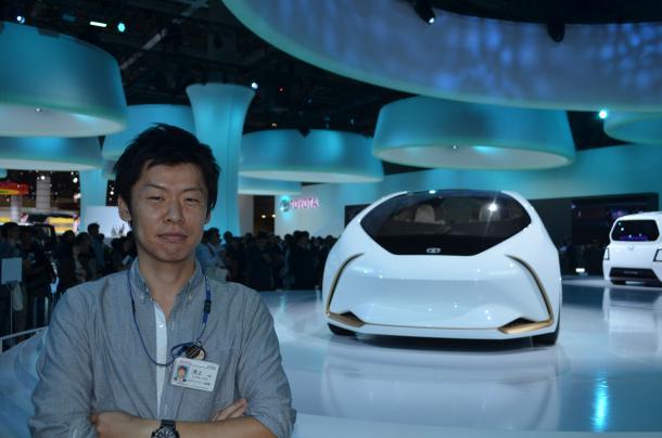 写真・図版 : トヨタ自動車でハイブリッド開発エンジニアをしている清上博章さん=2017年10月、東京モーターショーで筆者撮影