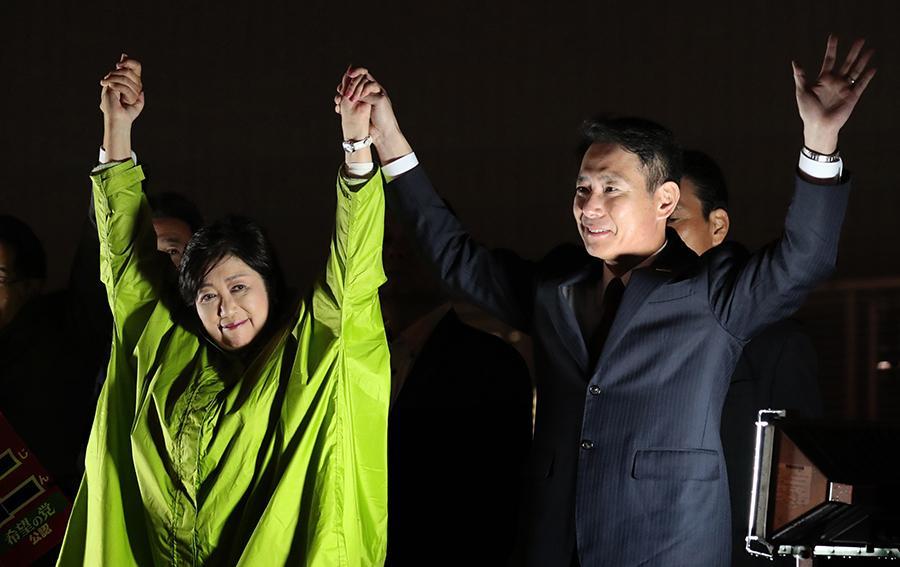 写真・図版 : 希望の党の小池百合子代表と民進党の前原誠司代表=2017年10月、東京都内