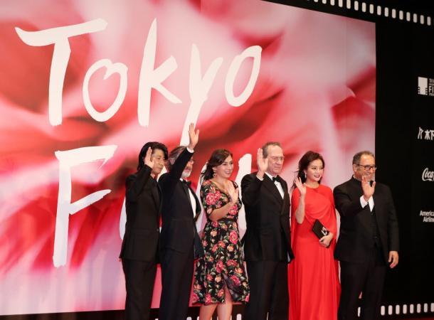東京国際映画祭が開幕し、ステージで歓声に応えるトミー・リー・ジョーンズ(左から4人目)や永瀬正敏(同1人目)ら