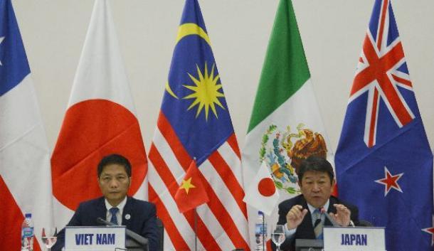 TPPの閣僚合意の内容について説明する茂木敏充経済再生担当相(右)とベトナムのアイン商工相=11月11日、ベトナム・ダナン