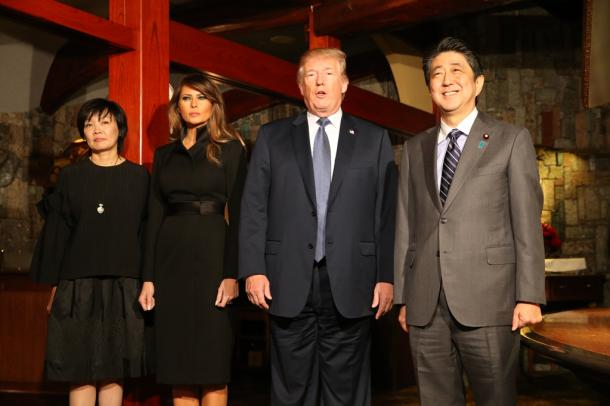 レストランで撮影に応じる(右から)安倍晋三首相、トランプ米大統領、メラニア夫人、昭恵夫人=5日午後7時38分、東京都中央区銀座5丁目、代表撮影