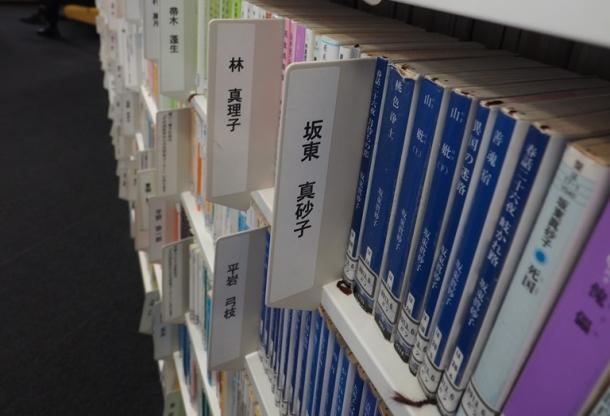 図書館の棚には、最近刊行された小説も含め、多くの文庫が並ぶ
