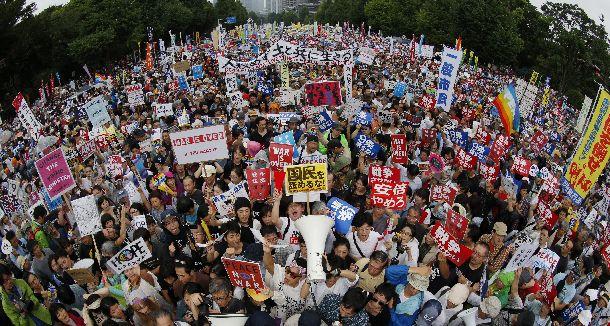 写真・図版 : 国会前で多くの人が様々なプラカードを掲げて安保関連法案に反対の声を上げた2015年国会=2015年8月30日、東京都千代田区