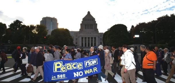 安倍政権による改憲などに反対する人たちが国会前で集会を開いた=3日午後3時48分、東京・永田町の国会前20171103