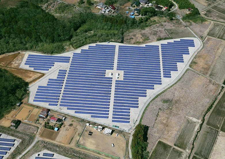 写真・図版 : 千葉商科大の野球場跡地に建設された「野田メガソーラー発電所」。一般家庭約800世帯分の発電量がある=千葉県野田市