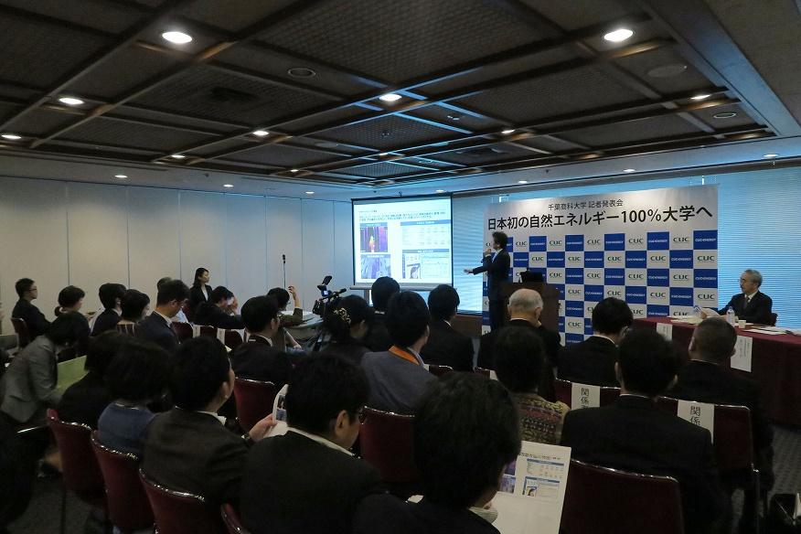 写真・図版 : 11月13日の千葉商科大学の記者発表=東京の日本記者クラブ会見場