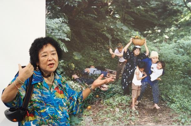 写真・図版 : 作品に込めた思いを語る石川真生さん= 2017年9月6日、那覇市