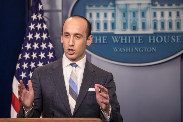 写真・図版 : ホワイトハウスの会見場で記者の質問を受けるスティーブン・ミラー補佐官=ランハム裕子撮影