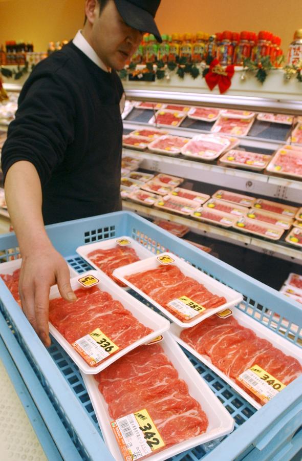 写真・図版 : 米国でBSE感染の疑いが見つかり、売り場から撤去される米国産牛肉=2004年、福岡市