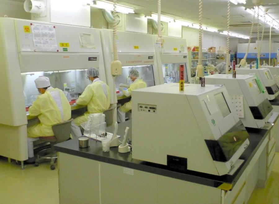 写真・図版 : 食肉衛生検査所でのBSE検査の様子=2011年9月、東京都港区