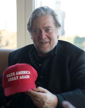 トランプ米大統領のキャッチフレーズ「MAKE AMERICA GREAT AGAIN(米国を再び偉大にする)」の帽子を手に取るスティーブン・バノン元米大統領首席戦略官=11月16日午前、東京都内