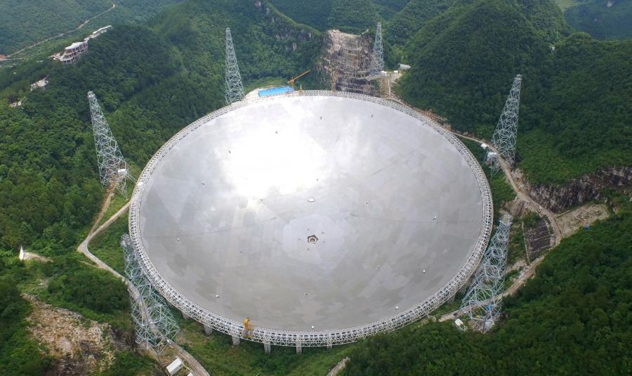 写真・図版 : 1万人の少数民族らを移住させて造られた電波望遠鏡FAST(中国科学院のホームページから)