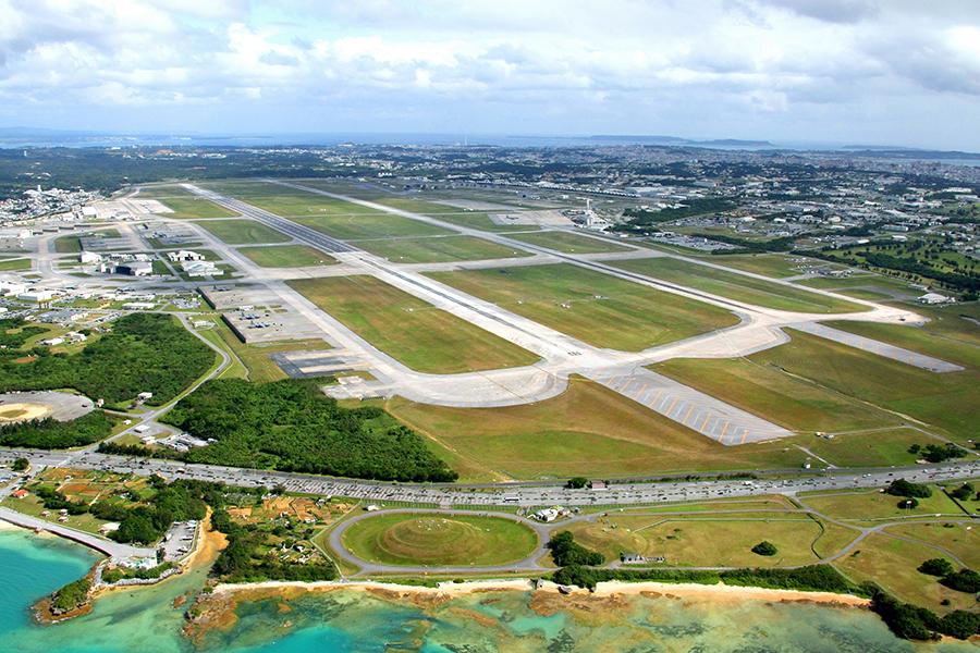 写真・図版 : 米軍嘉手納基地=沖縄県嘉手納町、本社機から