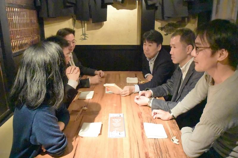 「OKIRON」の編集打ち合わせを兼ねて会食するメンバーら。談笑と激論が飛び交う=11月24日、都内で