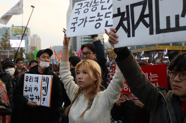 朴槿恵大統領の退陣を求めてプラカードを掲げる若者たち201611