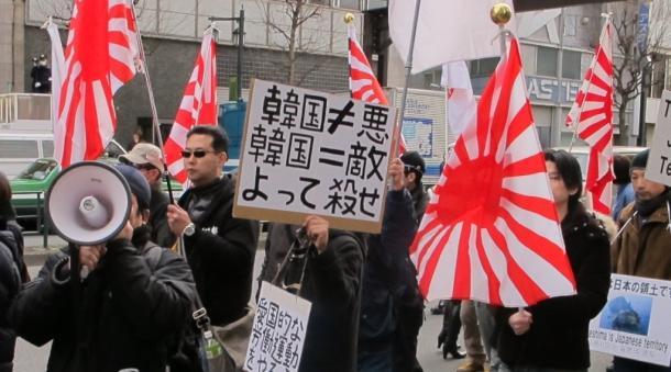 「韓国を竹島から叩(たた)き出せ!」と銘打ち、「殺せ」と連呼する反韓デモ=2月17日、東京・新大久保 2013