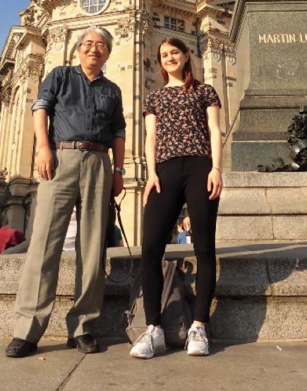 写真・図版 : 隣の大学院生(右)がはいているのが「レギンス」