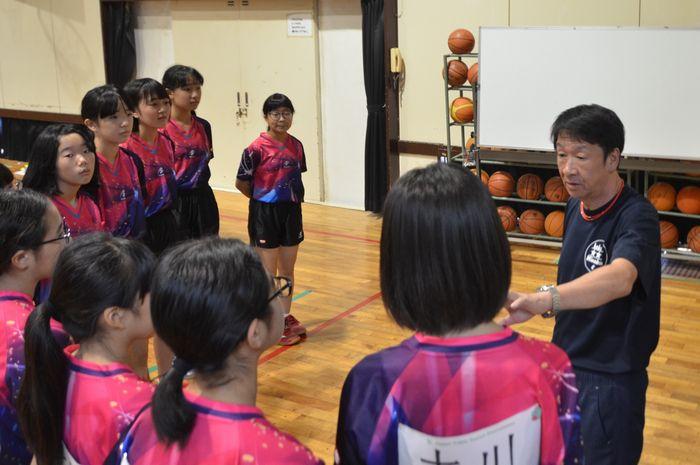 写真・図版 : 中学の卓球部員へ試合前に声を掛ける部活動指導員の男性=北九州市