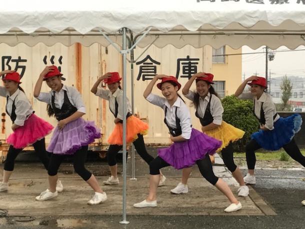 写真・図版 : 「岡崎矯正展」では、刑務所近くにある岡崎女子短大・大学の「ダンス部」によるパフォーマンスもあった。部員数は約50名。創作ダンスを中心にさまざまなジャンルのダンスに取り組んでいる=撮影・筆者