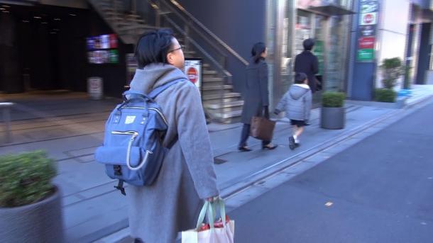 最後の出勤に出かける渡辺照子さん(12月6日、東京都内で撮影、レイバーネット日本提供)