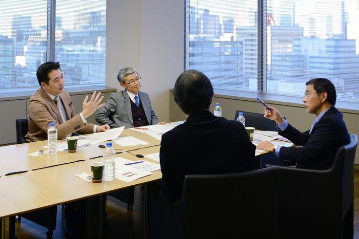 写真・図版 : 熱心な議論が交わされた経済学者座談会(吉永考宏撮影)