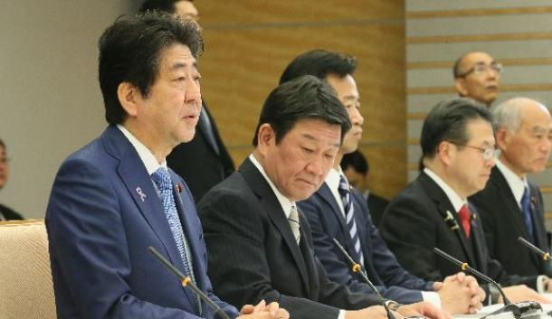 TPP等総合対策本部の会合であいさつする安倍晋三首相(左端)=11月24日午前、首相官邸