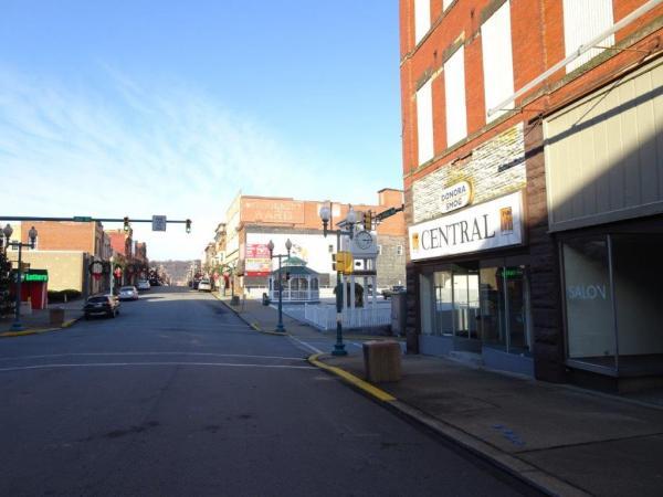 写真・図版 : 有名な大気汚染被害の街、ドノラ。看板にスモッグなどの字も見える。今はさびれてほとんど人影がない