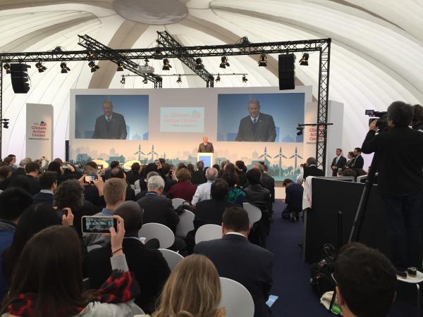 写真・図版 : WASIのパビリオンで演説するゴア元米副大統領=2017年11月、ボン
