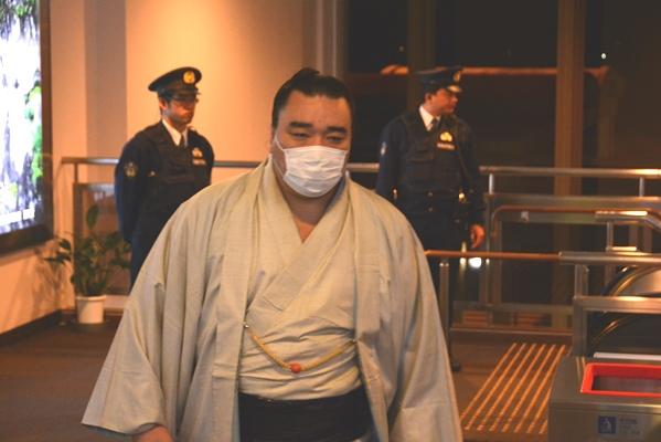 再聴取を終え、鳥取くっこうに到着した日馬富士=2017年12月2日、鳥取市