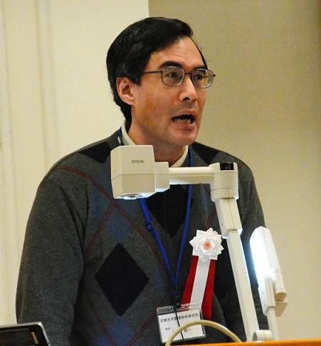 写真・図版 : 京大数理解析研究所のの50周年記念講演会で講演する望月新一教授=2013年11月15日、小宮山亮磨撮影
