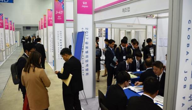 日本など海外での就職を希望する韓国の学生が集まった「グローバル就職博覧会」=韓国・釜山市