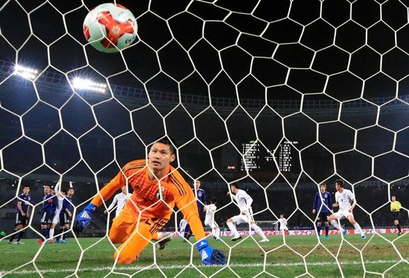 前半、韓国に直接FKで勝ち越しゴールを決められたGK中村=2017年12月16日、東京・味の素スタジアム